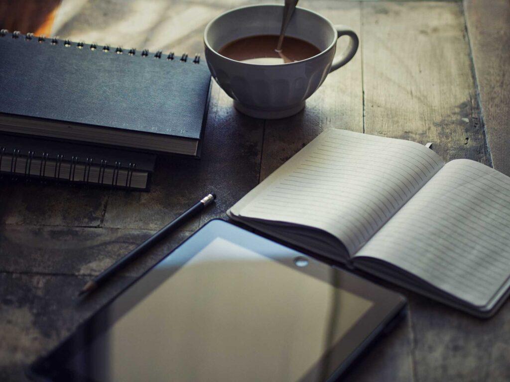 Libreta y tablet donde escribir artículos