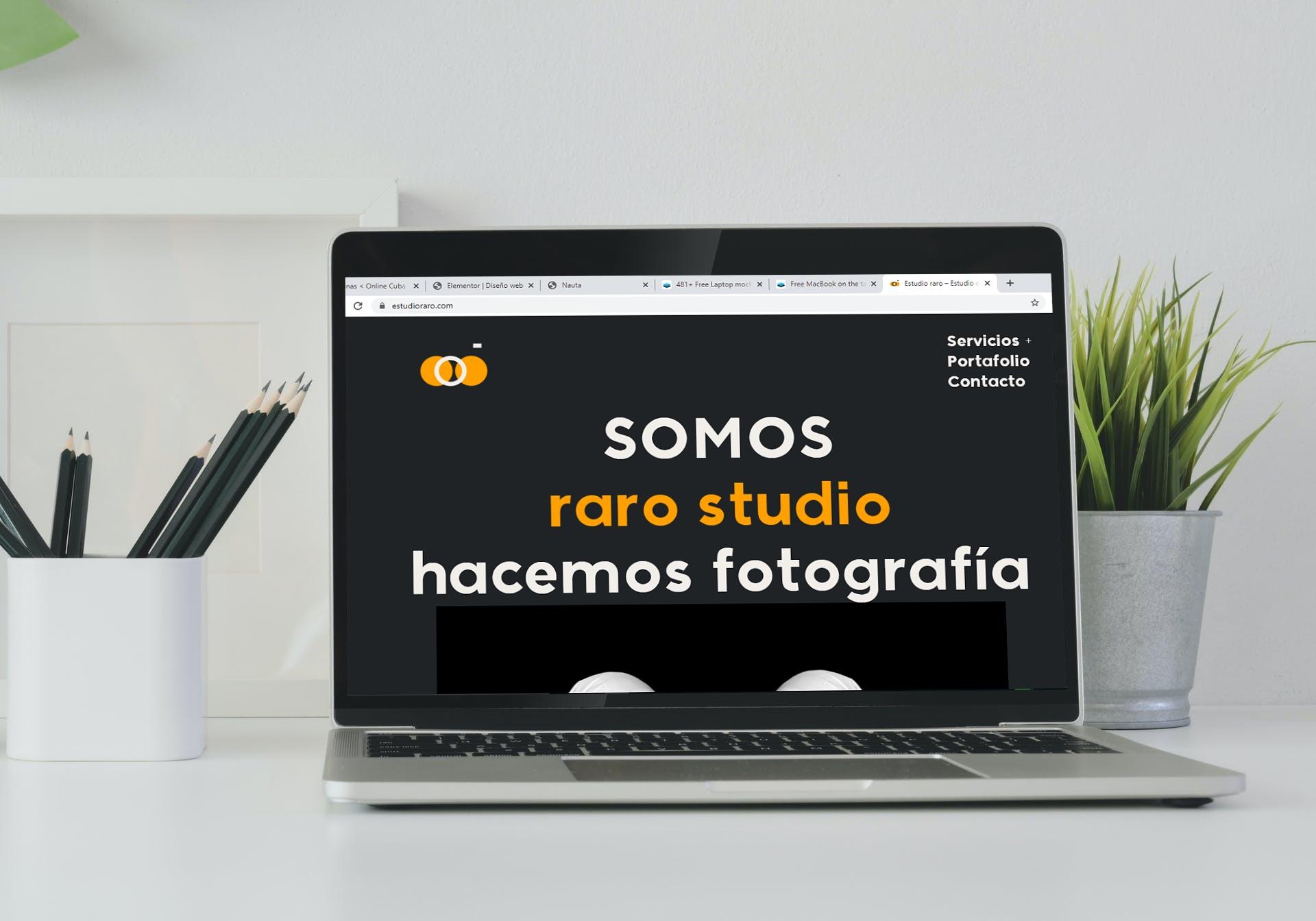 Laptop mostrando la página inicial de Estudio raro